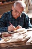 Старший плотник работая в высокой мастерской Стоковая Фотография
