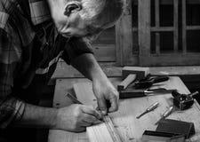 Старший плотник работая в его мастерской Стоковая Фотография RF