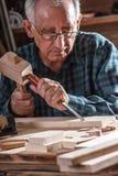 Старший плотник работая с инструментами Стоковое Изображение RF