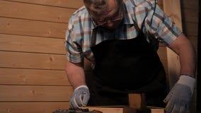 Старший плотник работая с правителем видеоматериал