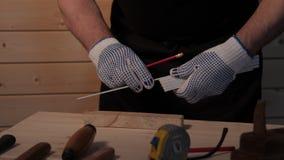Старший плотник работая с straightedge акции видеоматериалы