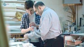 Старший работник давая первую медицинскую помощь к молодому тренирующей Стоковые Фотографии RF