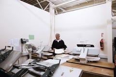 Старший работник отжимая скатерти Стоковые Изображения RF