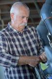 Старший работник с клапаном Стоковые Изображения RF