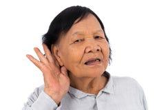 Старший слух женщины изолированный на белой предпосылке стоковые изображения rf