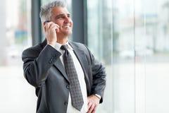Старший сотовый телефон бизнесмена Стоковое Изображение RF