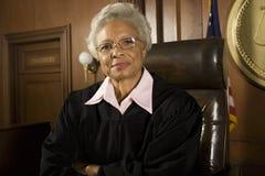 Старший судья сидя в зале судебных заседаний стоковое изображение