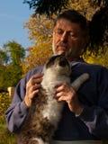 Старший с котом стоковые изображения
