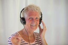Старший с музыкой Стоковые Фото