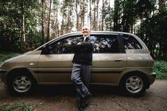 старший с новым автомобилем стоковое изображение