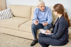 Старший терпеливый говорить к психологу стоковое изображение rf