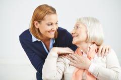 Старший усмехаться женщины и дочери Стоковые Фото