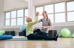 Старший успех здоровья ликования женщины с ее инструктором Стоковые Фотографии RF