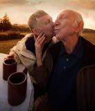 Старший целовать пар стоковое фото rf