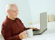 старший человека компьтер-книжки компьютера стоковое фото rf