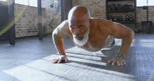 Старший человек делать нажимает поднимает в студии 4k фитнеса сток-видео