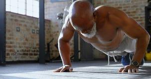 Старший человек делать нажимает поднимает в студии 4k фитнеса видеоматериал