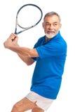 Старший человек играя теннис Стоковая Фотография RF