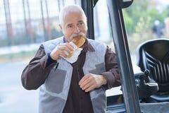 Старший человек имея обед пролома Стоковое Фото