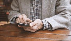 Старший человек используя мобильный телефон в кафе стоковая фотография rf