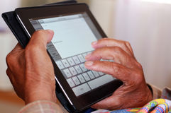 Старший человек используя iPad Apple стоковое фото rf