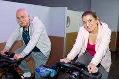 Старший человек и женщина работая на фитнес-клубе Стоковое Фото