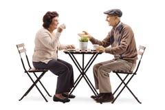 Старший человек и кофе и говорить женщины выпивая стоковая фотография rf