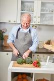 Старший человек как homemaker стоковые фото