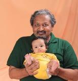 Старший человек наслаждаясь временем с большой дочерью стоковая фотография rf