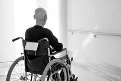 Старший человек на кресло-коляске на прихожей больницы стоковые изображения rf