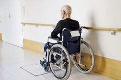 Старший человек на кресло-коляске на прихожей больницы стоковое фото rf