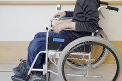 Старший человек на кресло-коляске на прихожей больницы стоковые фото