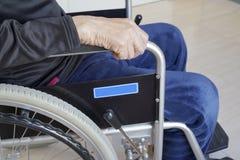 Старший человек на кресло-коляске на прихожей больницы стоковое изображение rf