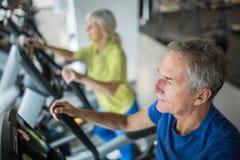 Старший человек разрабатывая на лестнице stepper на спортзале стоковое изображение rf