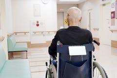 Старший человек сидя на кресло-коляске в больнице стоковая фотография