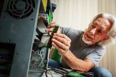 Старший человек собирая настольный компьютер Стоковое Изображение RF
