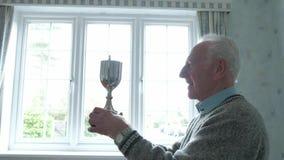 Старший человек с его трофеем акции видеоматериалы