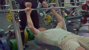 Старший человек тренирует его мышцы комода стоковое изображение rf