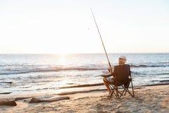 Старший человек удя на море сторону стоковое фото