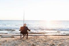 Старший человек удя на море сторону стоковые изображения rf
