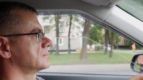Старший человек управляет автомобилем на шоссе Человек управляя его а акции видеоматериалы