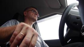 Старший человек управляет автомобилем на шоссе Человек управляя его а видеоматериал