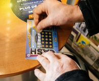 Старший человек царапая билет лотереи выигрывая призовые наличные деньги стоковая фотография rf
