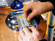 Старший человек царапая билет лотереи выигрывая призовые наличные деньги стоковые изображения rf