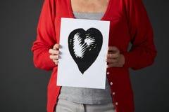 Старший чертеж чернил удерживания женщины сердца Стоковое Изображение