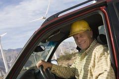 Старший человек в тележке на ветровой электростанции Стоковое фото RF