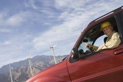Старший человек в тележке на ветровой электростанции Стоковые Фотографии RF