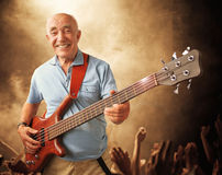 Старший человек гитары