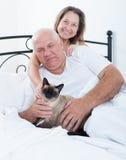 Старший человек и женщина на кровати стоковые фотографии rf