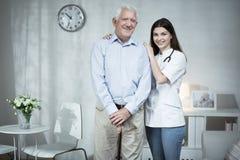 Старший человек и заботя доктор Стоковые Изображения RF